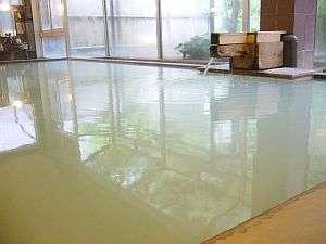 安達太良山の中腹にある源泉からそのまま引かれた温泉。昔から続く名湯。