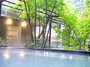 男性露天風呂に入りながら見える透き通る緑たち。澄んだ空気が露天風呂を居心地よくしてくれます