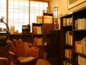 ロビーには本や雑誌をご用意。無料のコーヒーを飲みながら、又はお部屋でどうぞ。