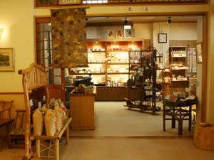 売店には地元の名物を始め和の雑貨が色々揃っております。覗くだけでも楽しいですよ。