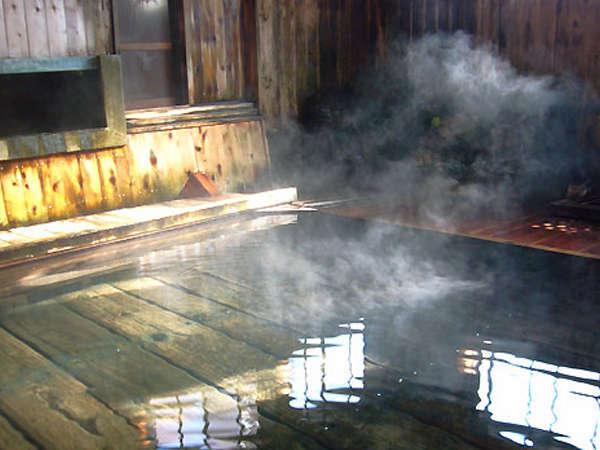 【久安の湯】平安時代に開湯された源泉が足元から湧出する日本有数の秘湯。