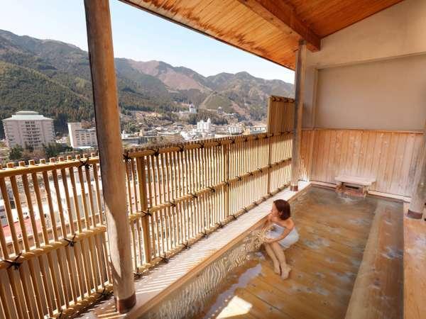 爽快無比の展望檜露天風呂では、木の温もりにひたりながら飛騨の風をお楽しみください