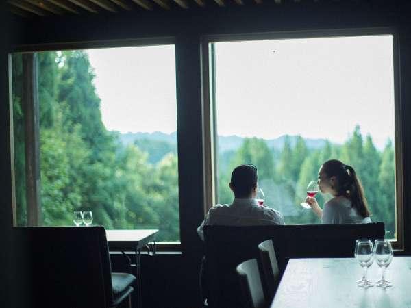 醸す森バルのソファーでゆったりとワインをお楽しみください。