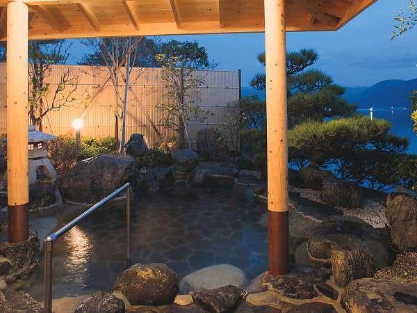 【露天風呂 月空】湖に浮かぶ月光を露天風呂から眺めると体も心もあたたかく癒されます。