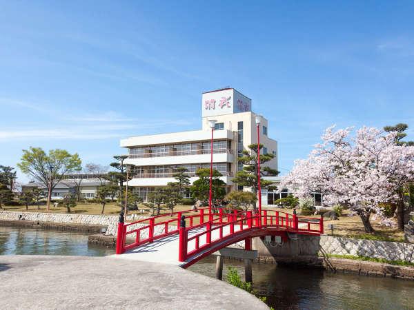 【庭園】東郷湖に面した広大な庭園!四季折々の景色を眺めながらのんびり散歩はいかがでしょうか。