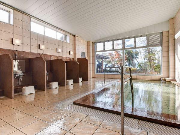 *【大浴場】男湯・女湯どちらにも正面に大きな窓が設けられています。