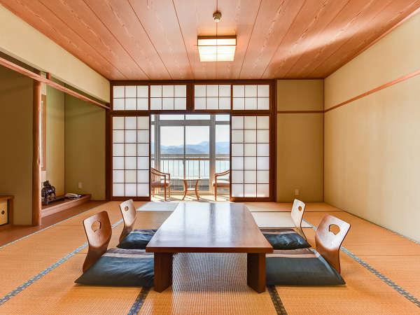 *【湖畔側15畳】当館で一番広いお部屋。東郷湖畔の眺めも最高です。