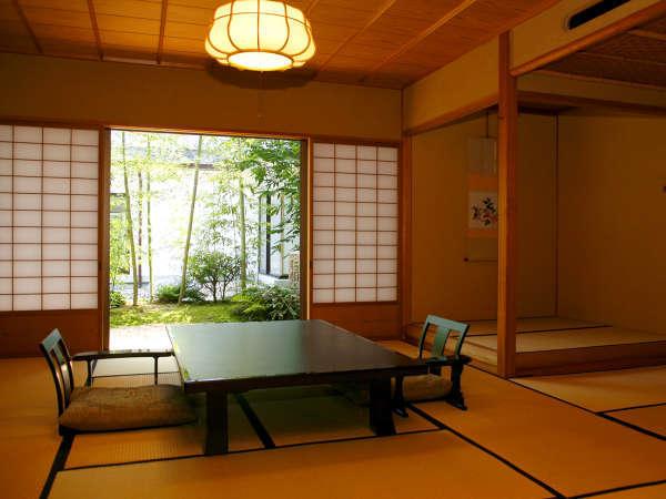 【貴賓室「桂月」】日本の伝統的な美意識を凝縮した専用庭園と、端正で落ち着いた客室。