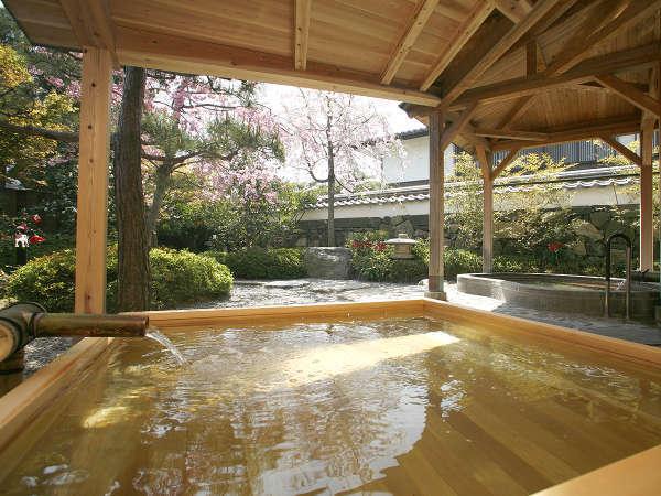 【大浴場/白壁の湯】白壁が象徴的な大浴場。内湯、露天風呂、サウナがあります。(夜=男湯、朝=女湯)