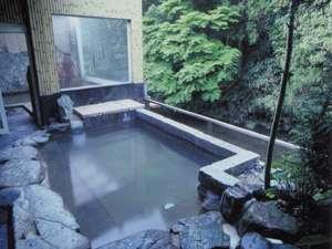 渓流を望む新緑の頃の露天風呂