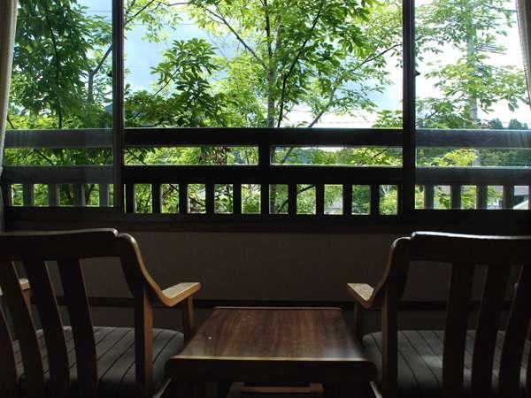 【標準和室】広縁からは緑深い山々のパノラマも楽しめます