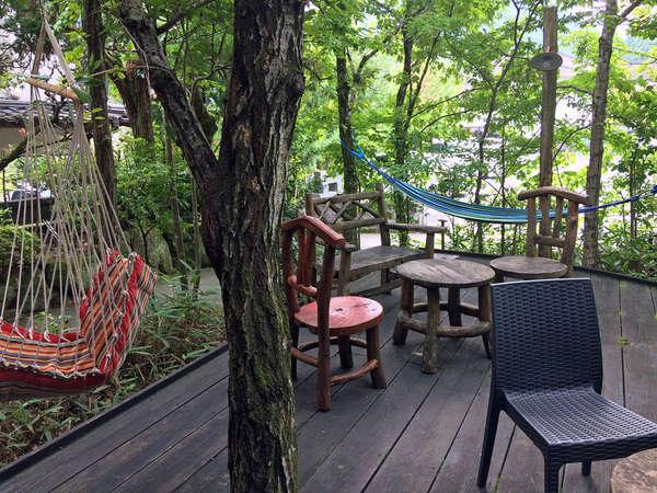 【喫茶・談話室】木立に囲まれた喫茶テラスにはハンモックなども置いてあります