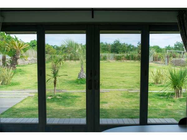 お庭と室内はほぼフラット【コテージ「ほし」】