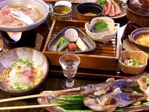 お部屋で楽しめる夕食膳。和食+フレンチや中華のテイストも。高い評価の美味しいコラボです♪