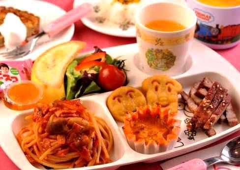 ☆夕食の幼児メニュー一例。ライスやスープ、デザート付。お菓子もトッピングしてあります。