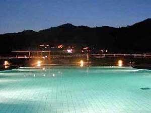 夜の屋外プールは、とても幻想的な雰囲気