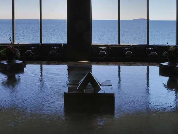 大海原を望む温泉大浴場。海からの昇る『朝日』、そして『満月』を見ながらのご入浴は至福の時間です。