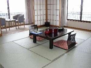 落ち着いた雰囲気の和室バストイレ付。この部屋限定、江ノ島を臨むことができます。