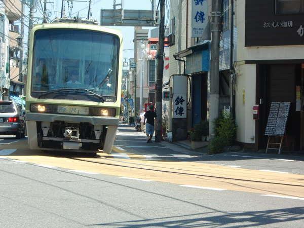 江ノ島駅~腰越駅間の路面を走る江ノ電♪。当館から江ノ島駅まで徒歩5分