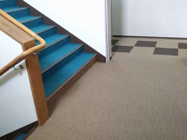 当館には申し訳ございませんがエレベーターがありません。ご迷惑をおかけしますが階段をご利用下さいませ。