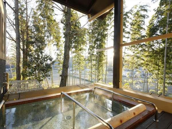 【満天星 露天風呂】木漏れ日の中で寛ぐ寝湯は癒しのひとときを与えてくれます