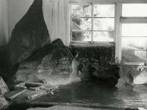 改装前の本館浴場「ゆこまんの湯」岩肌はそのまま今に伝わります。