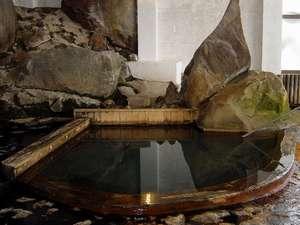 自然の岩肌がそのままの本館浴場「ゆこまんの湯」は大正よりそのままの姿です