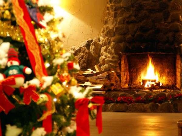 クリスマス:ロビーには暖炉と大きなツリーが!
