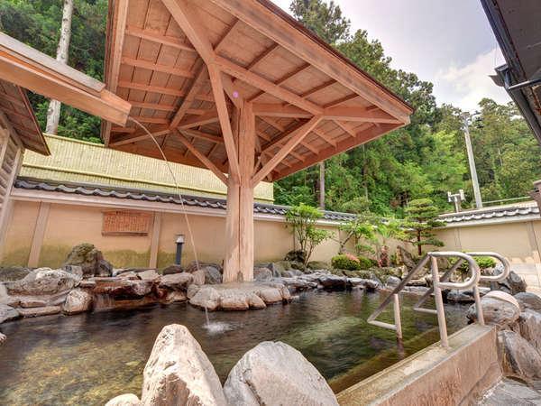 *岩風呂風露天風呂/足つぼを刺激する丸石が敷き詰められています。
