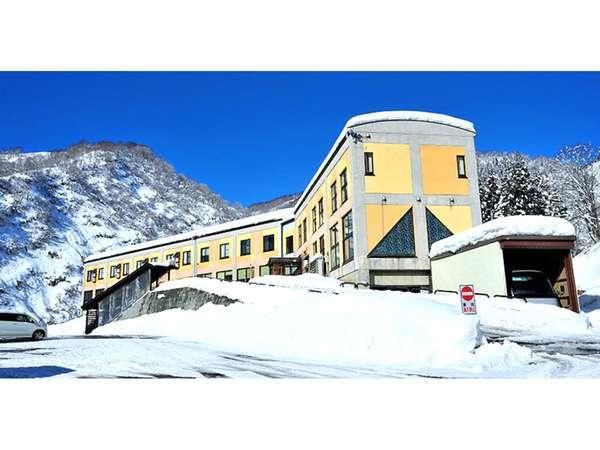 トマトの国は日本有数の豪雪地にあります。すぐお隣の「さかえ倶楽部スキー場」まで車で3分の好立地!