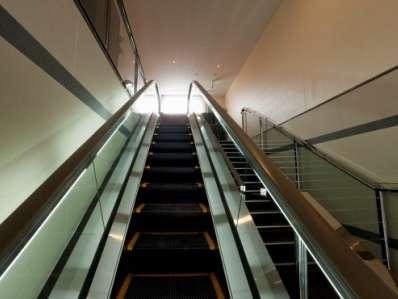 1階からはエスカレーター、階段、エレベーターで2階フロントへ♪