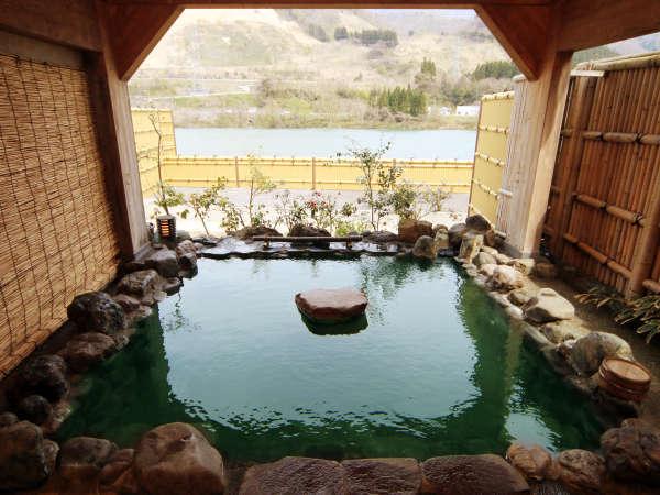 ◆【露天風呂・岩の湯】時間帯や気温によって透明~美しいエメラルドグリーンに色を変えます。