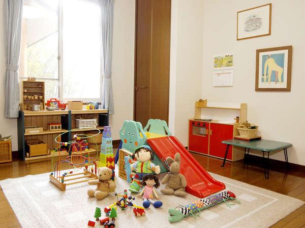 絵本や木のおもちゃがいっぱいのキッズルーム