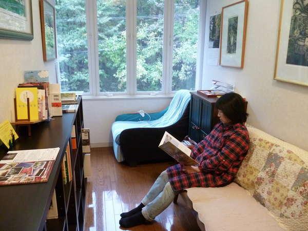 2階のラウンジにて読書、奥の椅子はマッサージチェアー