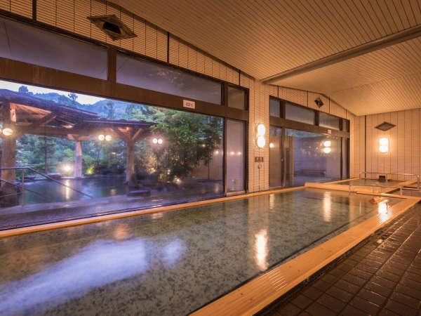 180度窓に囲まれた、開放感ある大浴場。