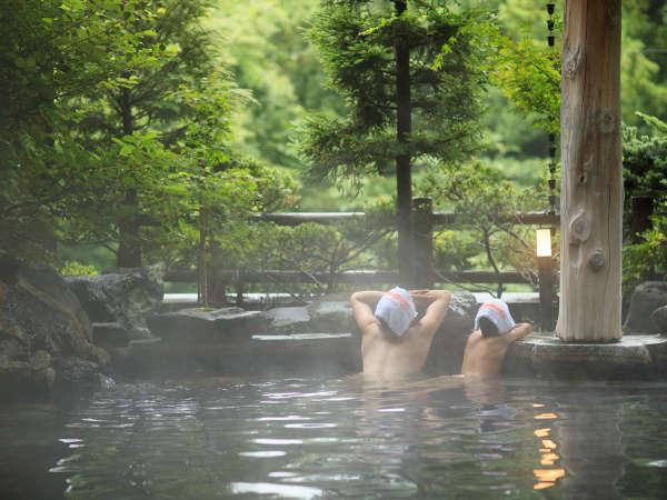 ホテル紅葉館の広い岩露天風呂は、ファミリーに大人気♪