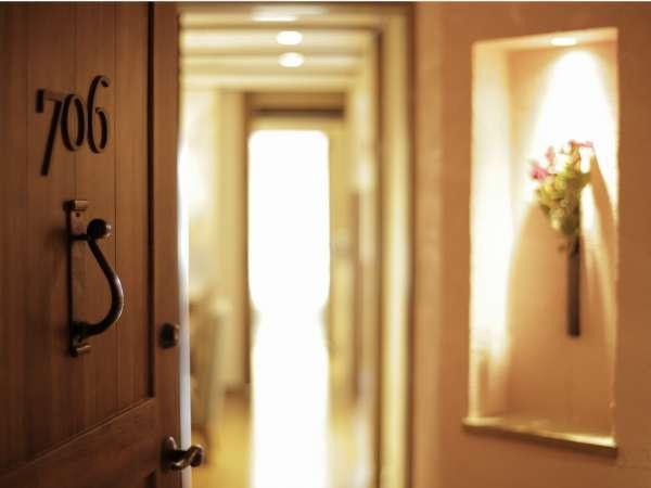 玄関扉は呼び鈴ではなく音を立ててお知らせします。