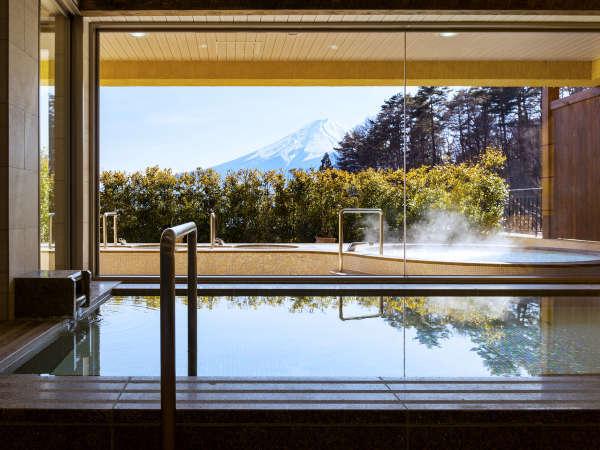 【女性大浴場】敷地内から湧く天然温泉につかりながら刻々と表情を変える富士山を楽しむ贅沢。