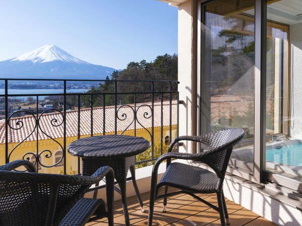 快晴の朝はテラスで神々しい富士山を眺めながら。