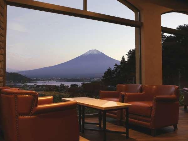 【館内:ラウンジ】夕暮れのキャンバスに浮かぶ富士の雄姿は格別。