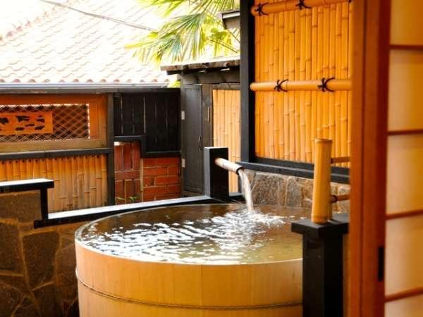 【月酔い】本館 露天風呂付和室 庭には大人2~3名様がゆっくり入浴できる檜の露天風呂