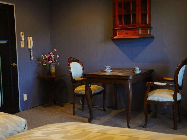 アンティーク家具で統一されたクラシカルな雰囲気の洋室