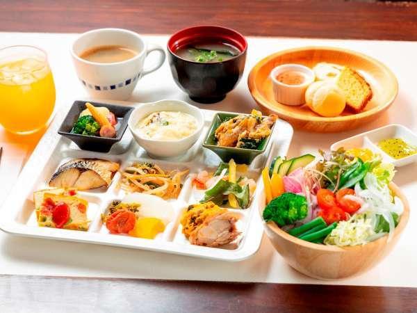 ・大人気の朝食ビュッフェ♪新鮮野菜約10種類と季節の果物約10種類★オーダーメニューも★
