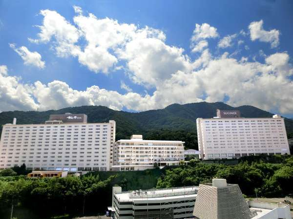 杉乃井ホテル全景-別府湾一望の高台に建つ