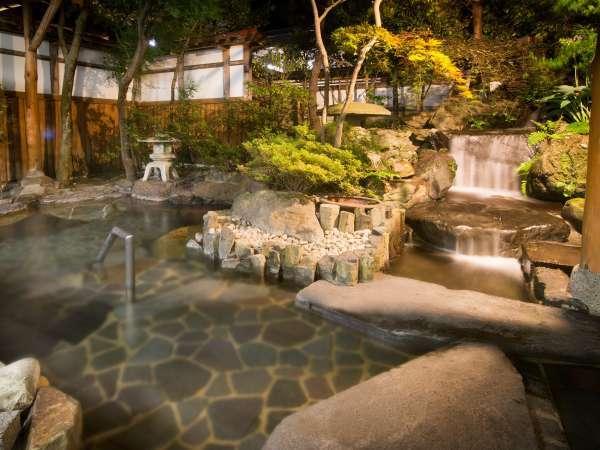 夜の雰囲気もたまらない!女性用の庭園露天風呂♪