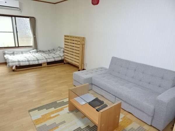 松:1階洋室、TV・流し台・冷蔵庫完備