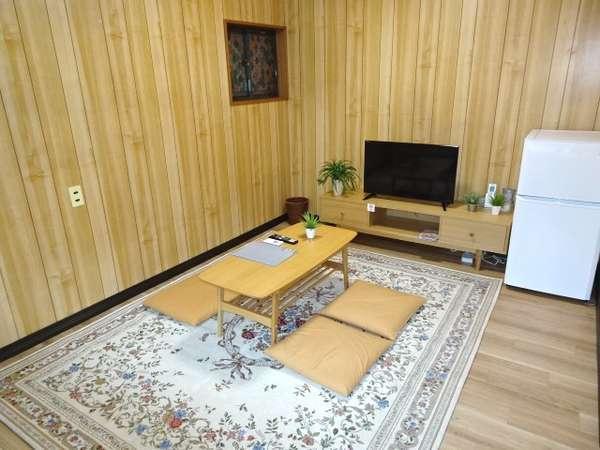 竹:2階洋室、TV・冷蔵庫完備
