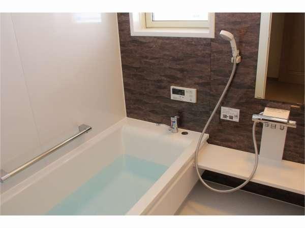 広めの浴槽(浴室)2ヵ所。部屋毎に新しいお湯ですべて入替ます。清潔で気持ち良く入浴できます♪