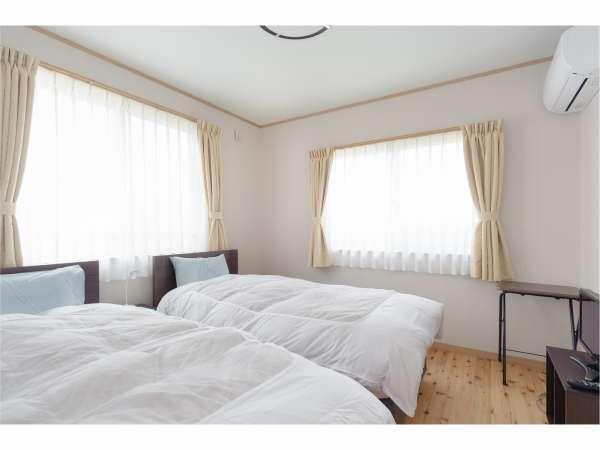 ツインルーム。無垢の木床の部屋にベッド2台のお部屋です。志賀高原や北信州の山並み眺望があります。