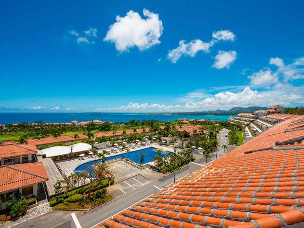 【全景】沖縄独特の赤瓦が青い空と緑に映える